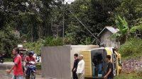 Diduga Sopir Mengantuk, Truk Box Nyungsep Di Depan Kantor Disdikbud Sanggau