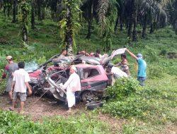 Mengerikan! Warga Sekayam Kecelakaan Di Simpang PT.MPE,  Lima Orang Meninggal Dunia
